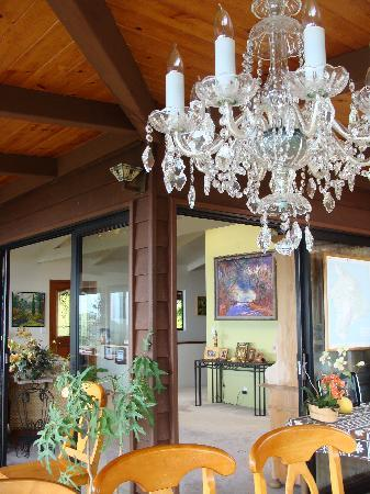 Aloha Guest House: Nice dining area with chandelier, enclosed porch