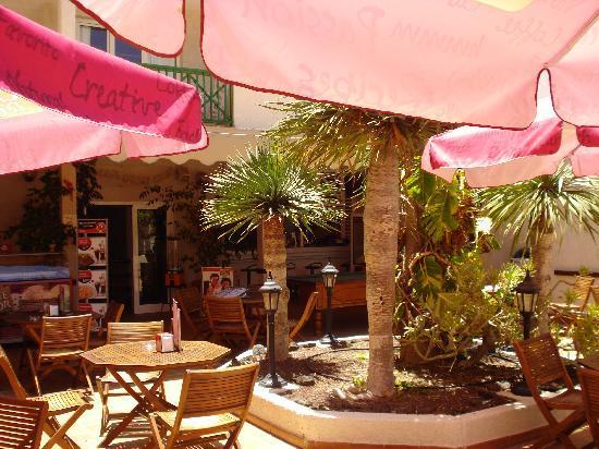 Hotel  Dunas Club: The outside pool bar area