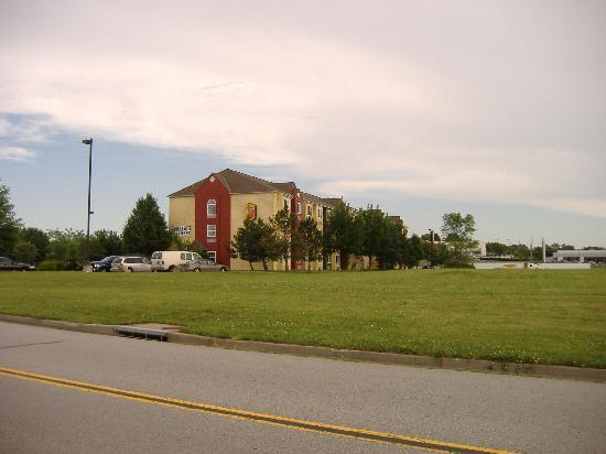 Super 8 Blue Springs: the hotel from the street