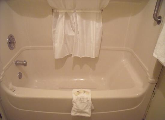 Universal Inn & Suites: Bathtub