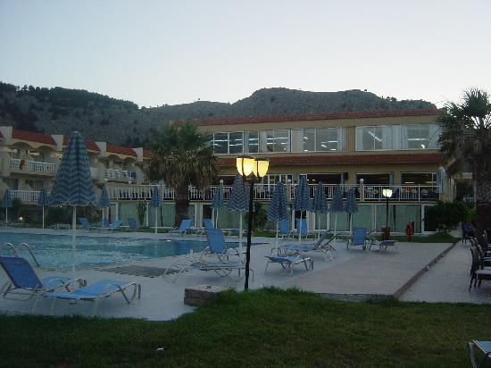 Kolimbia, Grecia: Pool (in the background terrace bar and restaurant upstairs)