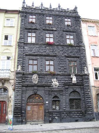 """Dnister Hotel: das bekannte """"schwarze Haus"""" am Rynok"""