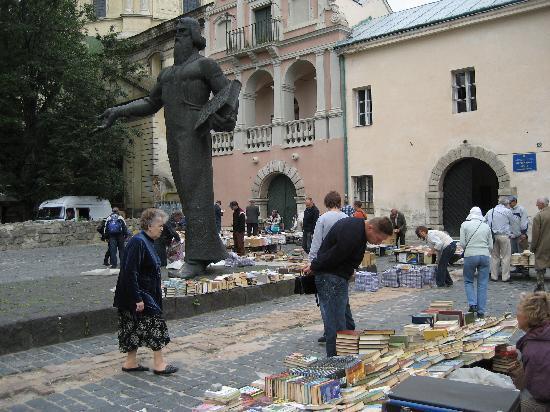 Dnister Hotel: der Büchermarkt an der alten Stadtmauer