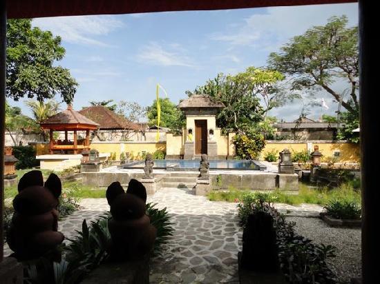 Rumah Bali : Courtyard and pool