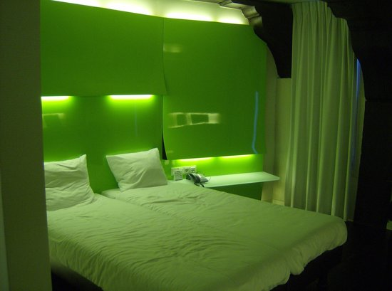 Ibis Styles Amsterdam Central Station: Beds in upgraded room