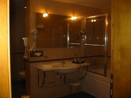 Kempinski Hotel Grand Arena: Salle de bain