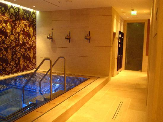Der poolbereich bild von grand hotel river park - Sauna whirlpool ...