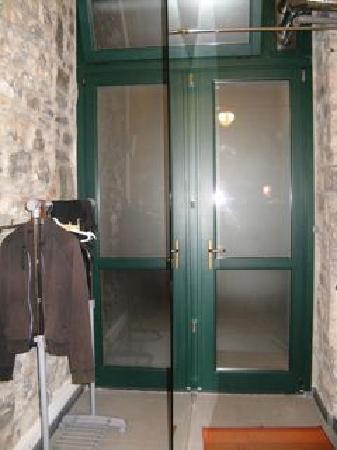 """Franca Maria Rooms: Room 8 entry-frosted glass with clear glass divider for """"closet"""""""