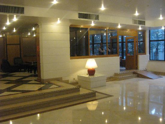 VIP Executive Marquês Aparthotel : The entrance is modern and elegant