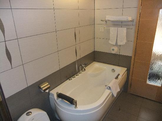 Sino Trade Center Hotel: Great bathtub for those weary bones
