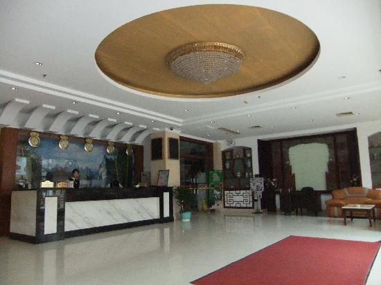 新漓江酒店: Foyer of hotel