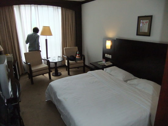 新漓江酒店: Room with large bed