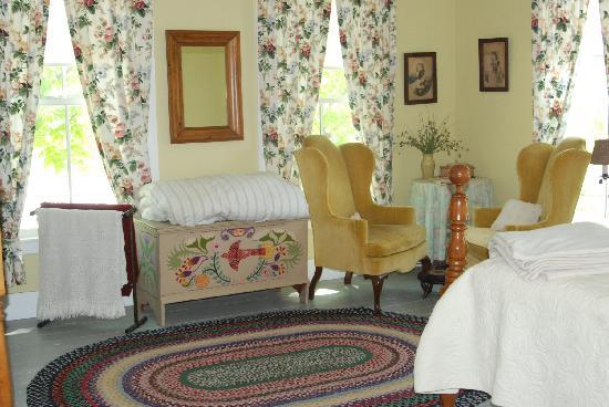 The House in Pumpkin Hollow Bed and Breakfast: One of the comfortable bedrooms