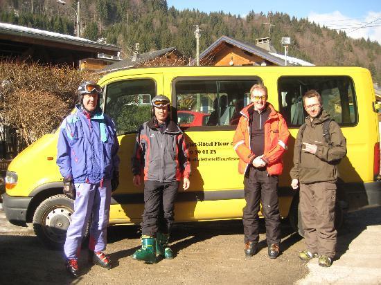 Chalet Hotel Fleur des Neiges: Free bus to the ski lifts