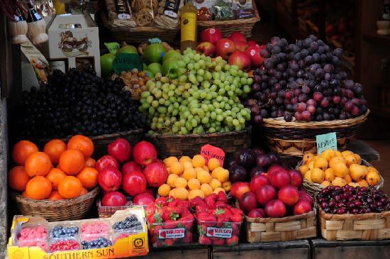 Vinci, Italy: Produce in Siena