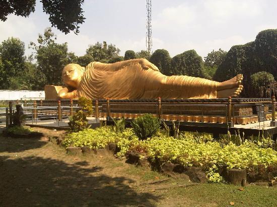 Mojokerto, Indonesia: Reclining Buddha Statue