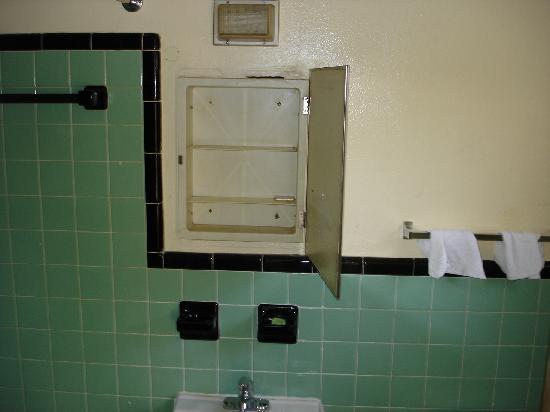 Golf View Motel: Der Badezimmerschrank: Nicht Mehr Wirklich Schön... ;)