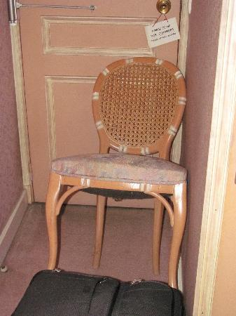 Le Parthenon Hotel: Our barricaded door – that's how uncomfortable we were