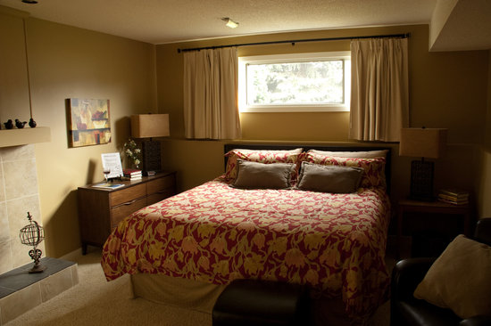 Kelowna Apple Tree: Bedroom with comfortable bed