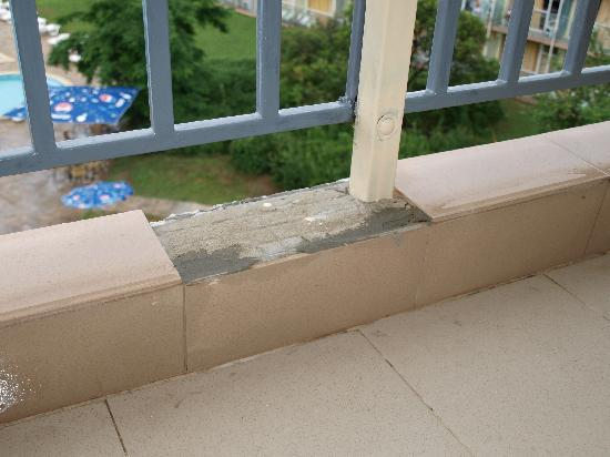 Hotel Kavkaz: Flisen er faldet af på balkonen