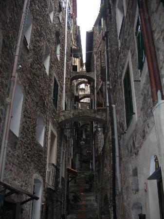 Dolceacqua, Italia: carruggio
