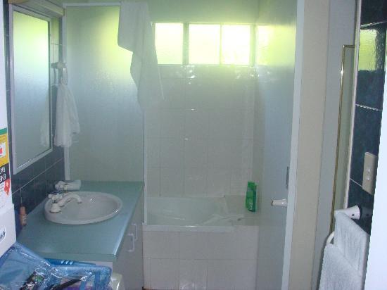 Marlin Gateway Holiday Apartments : The Bathroom