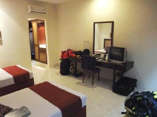 The Graha Cakra Bali Hotel: Our room. Bathroom off to the left. Door to the right.