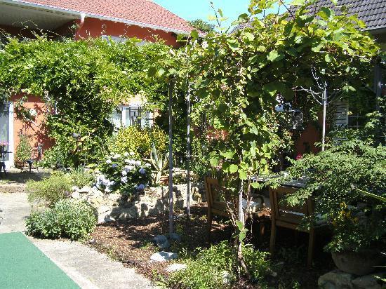 Uelversheim, Jerman: Blick in den Garten