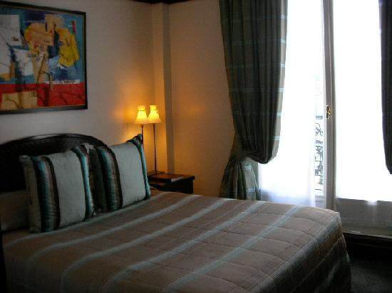 Hotel Pont Royal: 狭いけど寝心地は良いベッド