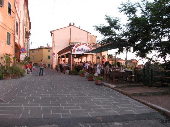 Castagneto Carducci, Italia: i tavoli all'aperto del ristorante la gramola