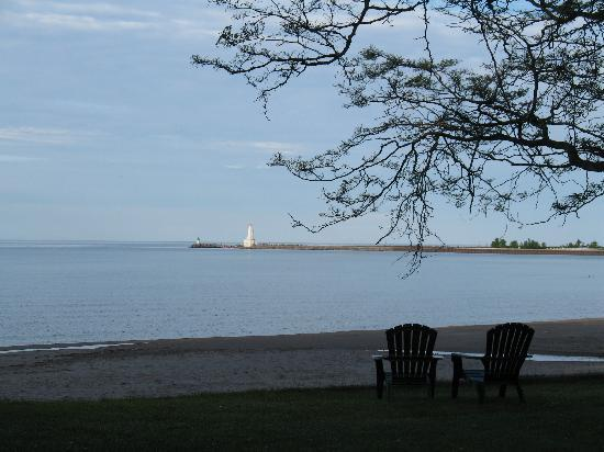 Cobourg, Canada : Lake Ontario beach at The Breakers