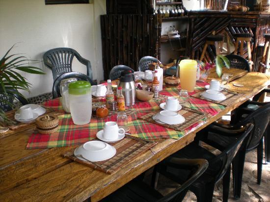 Hibiscus Valley Inn: The breakfast table