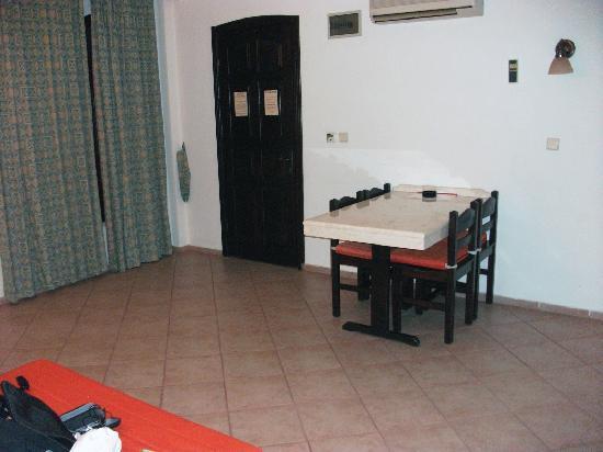 Club Turquoise: Spacious living area