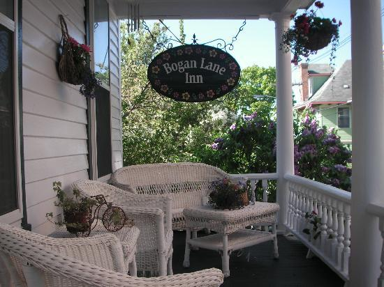 Bogan Lane Inn: The front porch is perfect for morning coffee or watching the sunset!