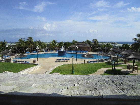 The Verandah Resort & Spa: Blick aus dem Restaurant auf den Pool