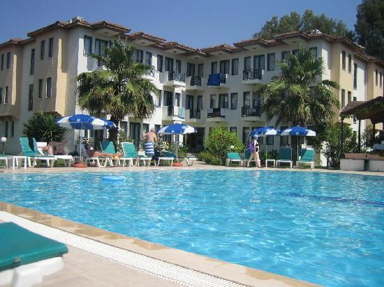 Bezay Hotel: Pool and Hotel View