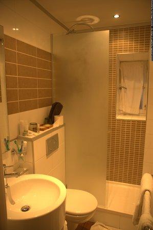 Hotel des Arceaux: El baño moderno y limpio.