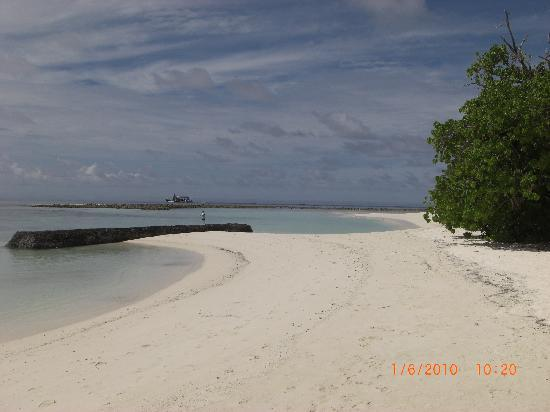 Kuramathi Island Resort: Beach on the lagoon side