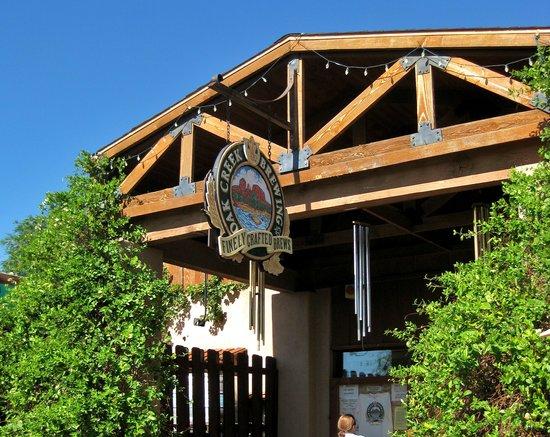Oak Creek Brewery & Grill: Entrance