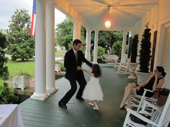 The Georgian Inn : Dancing on the Front Porch