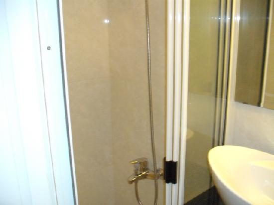 NN99 Hotel: Shower