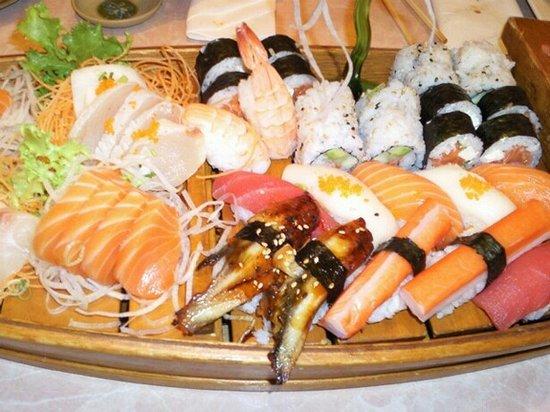 Sakura Thai & Japanese Cuisine: Sushi Boat