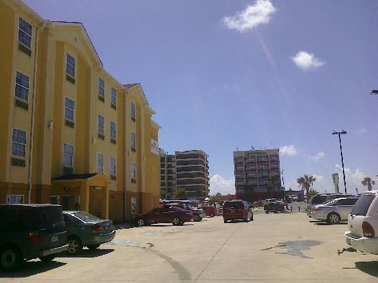 Hawthorn Suites by Wyndham Corpus Christi Padre IS: Outside Hotel - proximity to beach