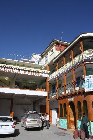 Hotel Dzojila: Front of the hotel