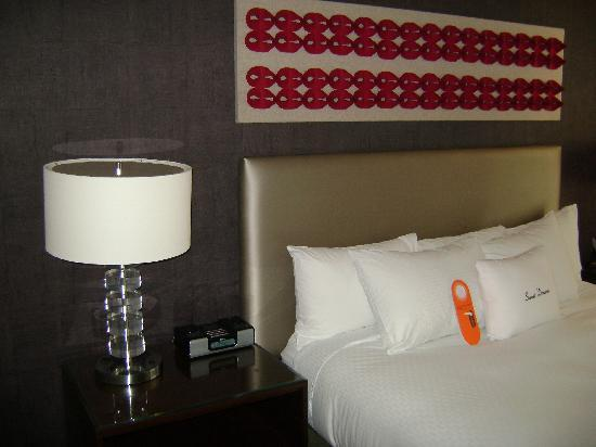theWit - A DoubleTree by Hilton: The bed and lamp on left side