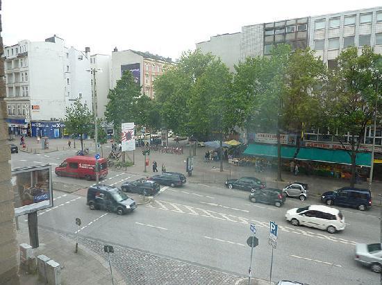 Novum Hotel Savoy Hamburg Mitte: View of Steindamm from our room