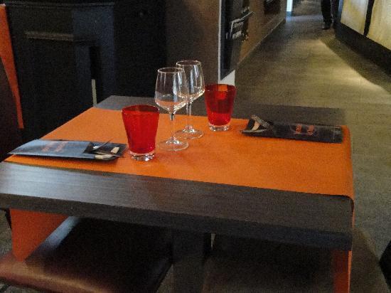 la d co des tables photo de brasserie le donjon cit de. Black Bedroom Furniture Sets. Home Design Ideas
