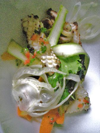 L'Hostellerie du Chateau : Calamars au citron confit juste saisies à la plancha, salade végétale croquante