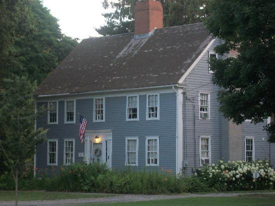 Deacon Timothy Pratt Bed & Breakfast: Charming - reminded us of 'Little Women'