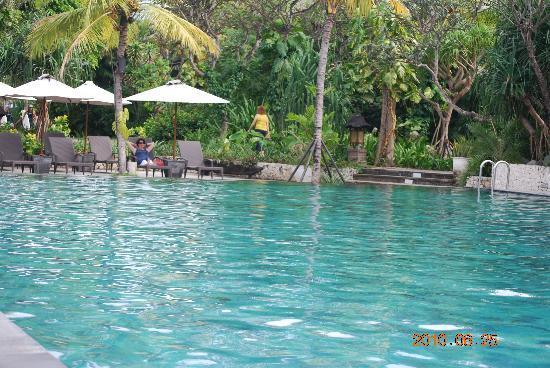 Hotel Santika Premiere Beach Resort Bali: The larger pool.  Nice but no swim up pool bar